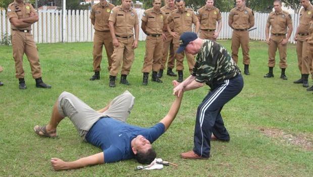 Mondiali 2014: nonno karate mostra agli agenti le tecniche anti hooligans