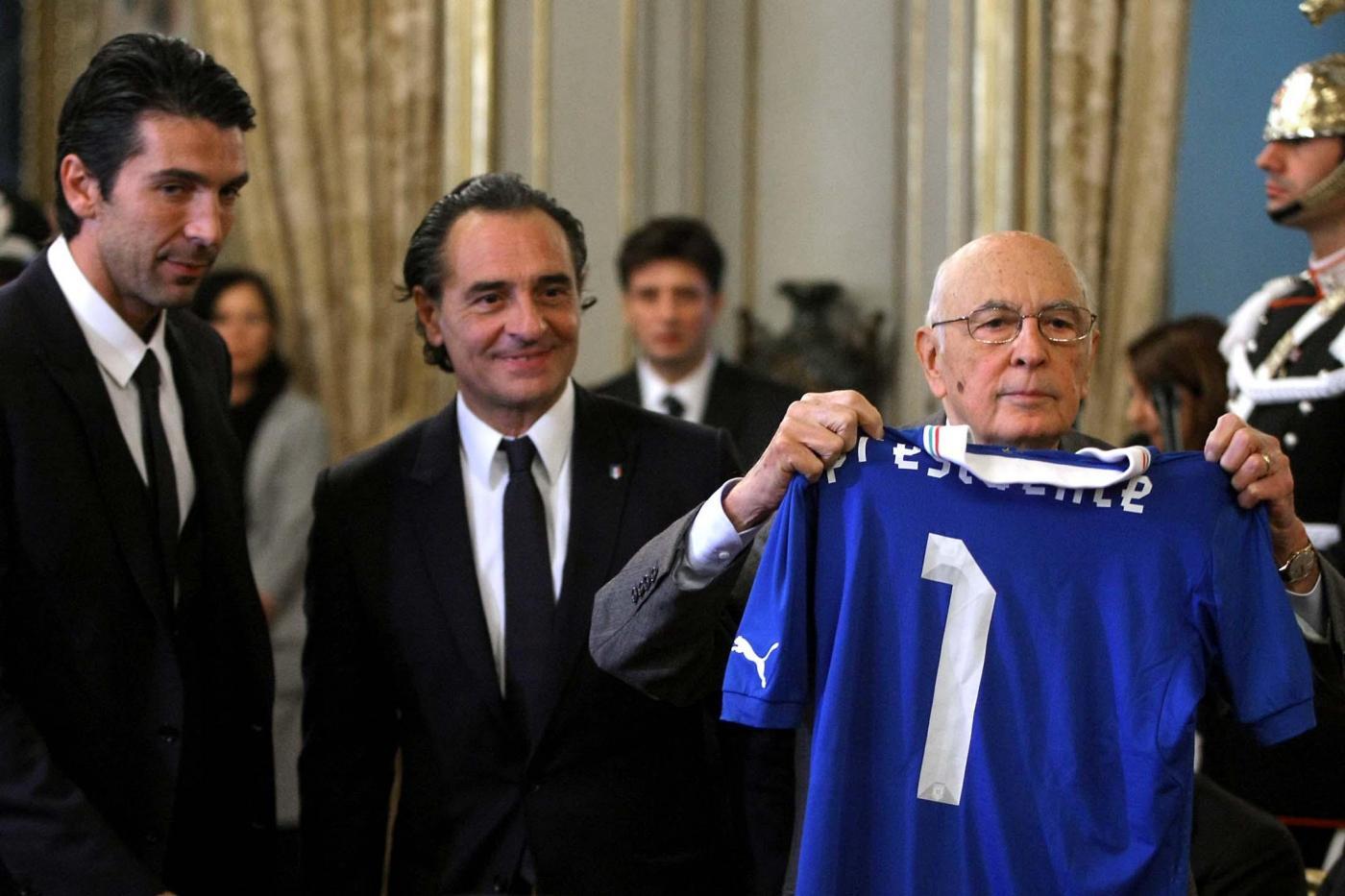 Napolitano invita gli azzurri a giocare con dignità, intelligenza e onore