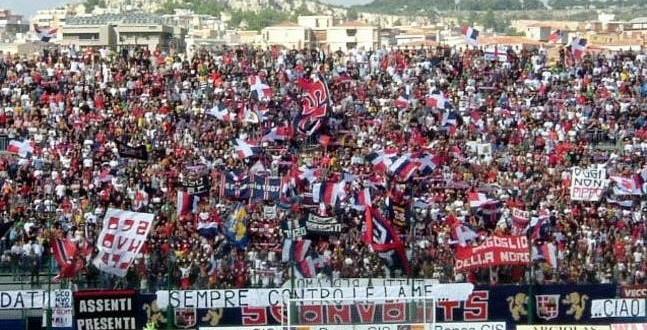 Cagliari contestato, volano insulti e schiaffi