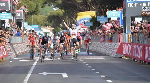 Giro d'Italia, sprint vincente di Greipel. Caduta nel finale: a terra anche Contador
