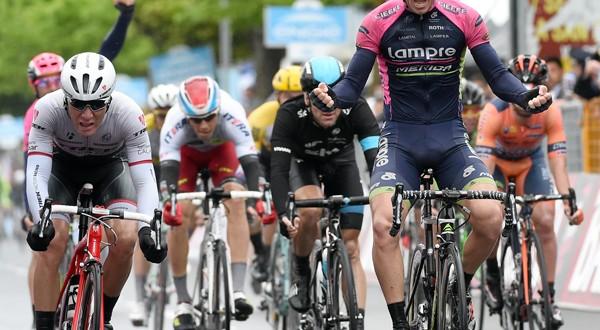 Giro d'Italia, finalmente Modolo! Una caduta porta Aru in rosa