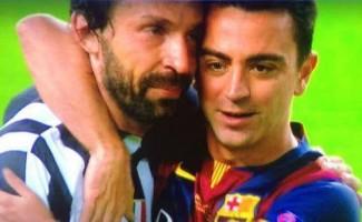 Xavi abbraccia Pirlo