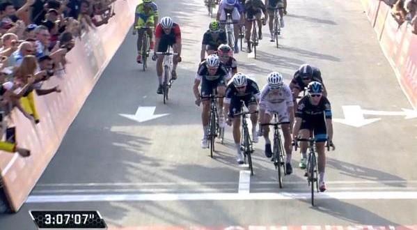 Abu Dhabi Tour 2015, Viviani davanti a Sagan
