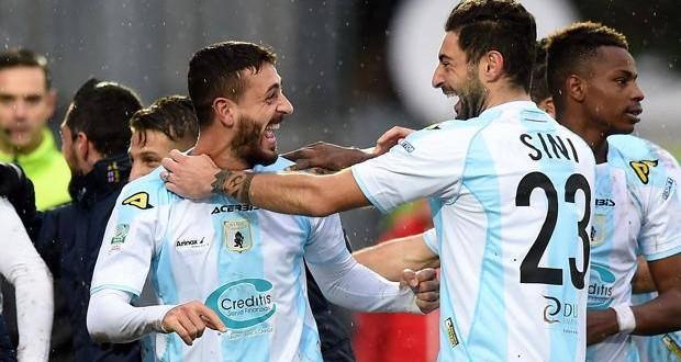 Serie B, 28ᴬ: Crotone, due squilli per la A. Il Pescara sprofonda
