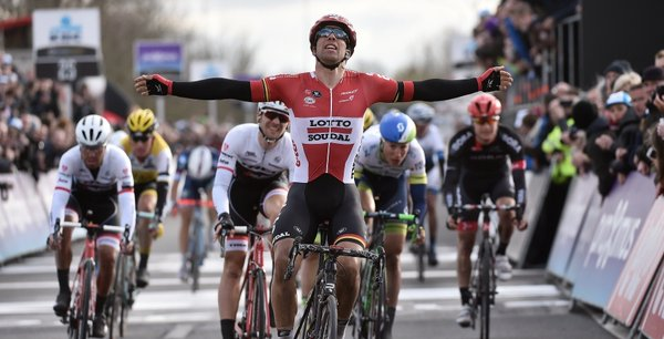 Dwars Door Vlaanderen 2016, zampata di Debusschere. Quarto Pozzato
