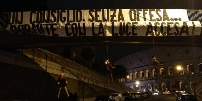 Manichini della Roma appesi al Colosseo: la giornata surreale della Capitale