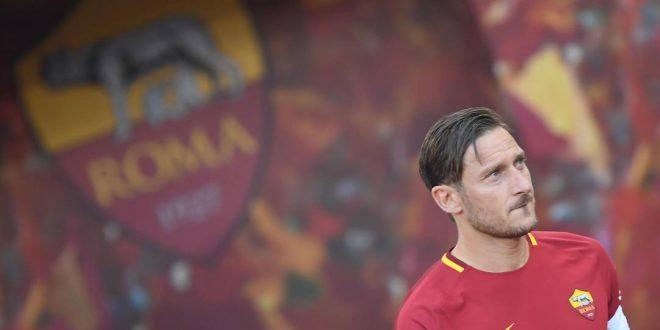 Roma, Totti in piedi per lui: l'ultima in giallorosso del capitano è commovente