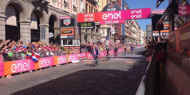 Giro d'Italia 2017, il vento di Cagliari fa volare Fernando Gaviria