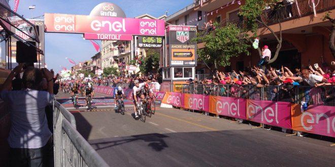 Giro d'Italia 2017, la potenza di Greipel regna a Tortolì. Il Gorilla in Maglia Rosa