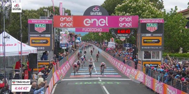 Giro d'Italia 2019, a Fucecchio è subito volata: Ackermann davanti a Viviani