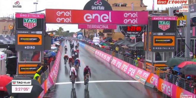 Giro d'Italia 2019, Ackermann superlativo a Terracina. Ritiro Dumoulin
