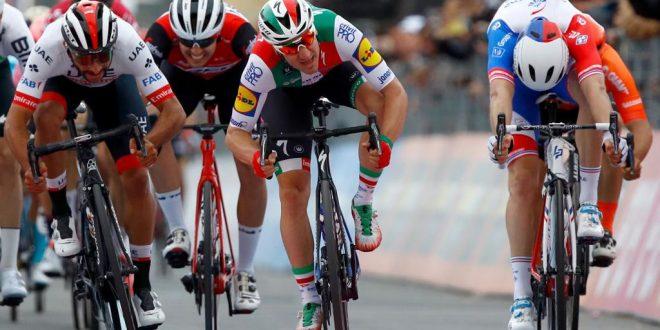 Giro d'Italia 2019: a Orbetello Viviani vince ma viene declassato, primo Gaviria