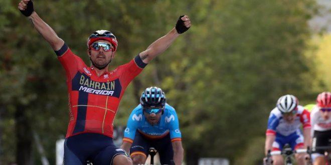 GP Beghelli 2019, Colbrelli a braccia alzate davanti a Valverde