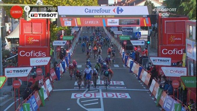 La Vuelta 2020, Bennett spadroneggia in volata ma viene declassato: vince Ackermann