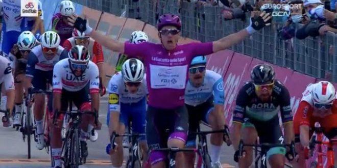 Giro d'Italia 2020, Démare imbattibile in volata: a Rimini arriva la quarta vittoria!