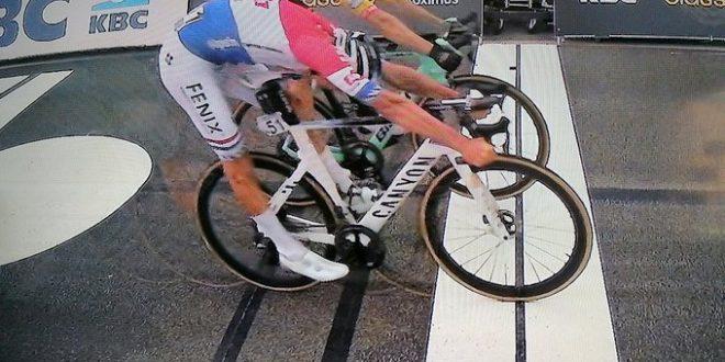 Giro delle Fiandre 2020, Van Der Poel doma i muri e Van Aert e trionfa a Oudenaarde