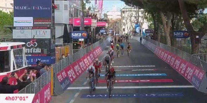 Giro d'Italia 2021, la legge di Ewan a Cattolica. Landa Ko