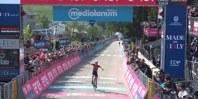 Giro d'Italia 2021, a Sega di Ala vola Daniel Martin. Yates riapre i giochi