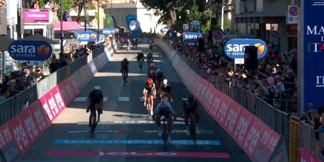 Giro d'Italia 2021, Sagan non sbaglia a Foligno