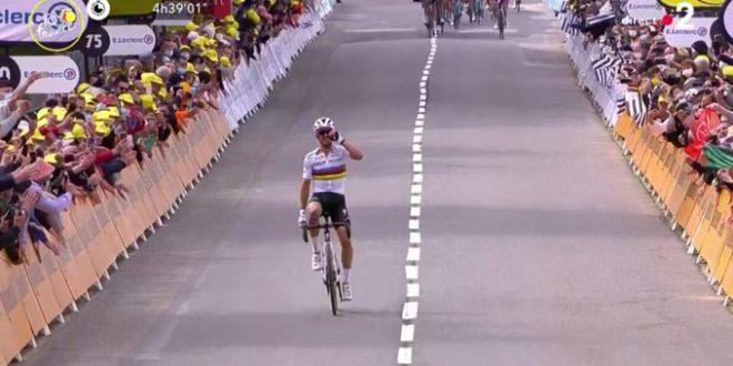 Tour de France 2021, strapotere Alaphilippe: è la prima maglia gialla. Tante cadute: Ko Froome